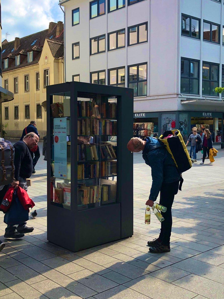 ドイツの路上に本棚が登場、欲しい本が見つけられたらラッキー!