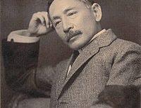【歴史的2ショット】夏目漱石の孫が祖父の銅像に頭を撫でられる図にネット民ほっこり