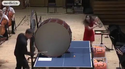 「理解できない」オーケストラ演奏中に卓球する美女 この組み合わせなんだ笑