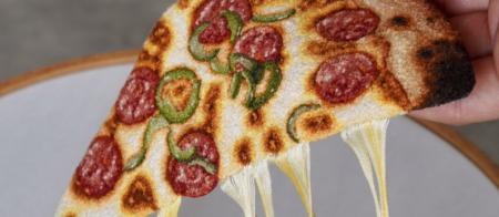 『チーズがとろ〜!!』糸でピザを作る刺繍画家が凄い!