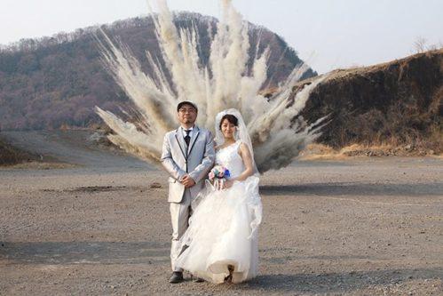 【リア充爆発】「結婚写真、とにかく派手にしたくて背後を爆破!」これはシュールすぎる