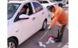 清掃員の真横でポイ捨てしまくってたおじさん。逆襲される