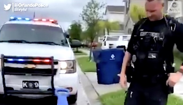 仕事帰りの警官が反対車線を走っていた娘を見つける… → その時の対応に賞賛の声!