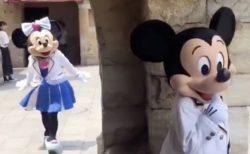 ミニーちゃんを驚かそうとしてたけど、完全に考えを見抜かれてるミッキーマウス