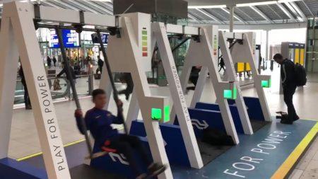【遊び心】オランダ、ブランコの動きで携帯を充電できる設備を導入