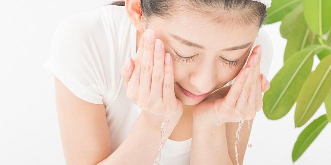 【プロ直伝】洗顔時の手を動かす向き!縦にこすると顔の毛穴が開いていく