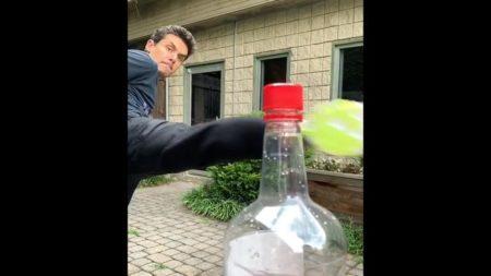 【これは痛い】流行の「ボトルキャップチャレンジ」盛大に失敗する者が現る!