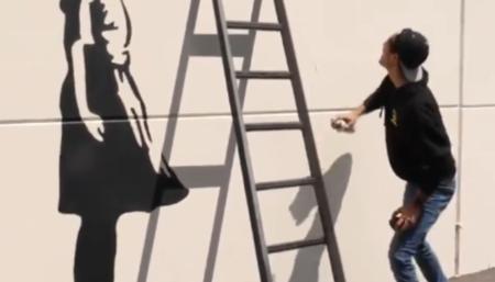 【どういうこと!?】壁に描いた梯子に登ってしまうトリックアーティストに驚嘆