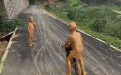 【ガチ】泥遊びをやりすぎて銅像みたいになっていた!これはもう歩く芸術