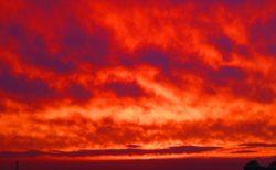 【空】何かの予兆か?「真っ赤」すぎる夕焼けが話題に。GANTZで見たぞ!