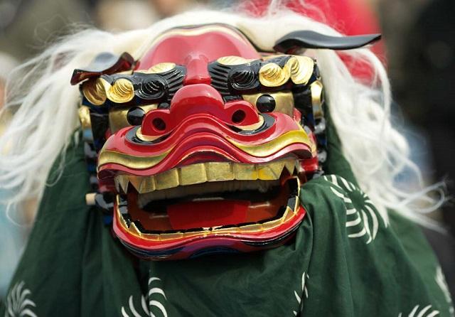 【フサフサ】沖縄の「獅子舞」とんでもない生物感がヤバイ。子供がトラウマになるぞ!