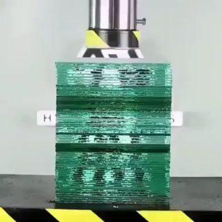 【衝撃映像】積み重ねたガラスの板をプレス機で押すと…→うわあぁぁぁぁああ!