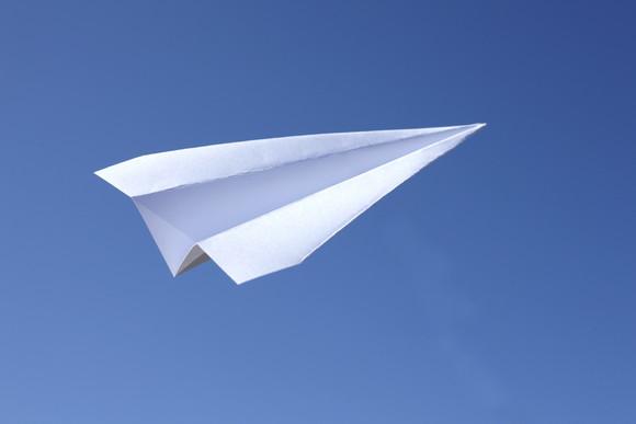【青春】これが紙飛行機の「奇跡」だ!一体どれくらいの確率なんだろうか。