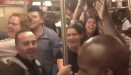 ニューヨークの地下鉄が楽しそう!名曲が流れると大合唱に発展!「乗り合わせたら楽しそう」「いいなーこういうの」