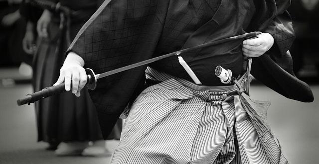 【古武術】黒髪美女による大刀・小刀の立合が話題。所作も姿勢も抜刀も眼差しも、すべて美しくてかっこいい・・