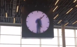 """【空港】アムステルダムにある「時計」が凄い。毎分ごとに中の人が """"手描き"""" してるの!?"""