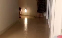 """【バトル】赤ちゃんとお母さんの """"不毛な戦い"""" が面白い。絶対に譲りません!"""