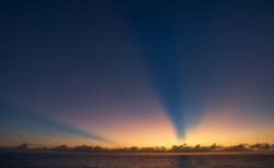"""【神秘】夕暮れに撮影された """"薄明光線"""" という現象が素晴らしい。初めて知った!"""