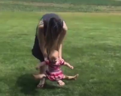 """【何故?】初めての """"芝生"""" に裸足で歩きたくない赤ちゃんが可愛すぎる!"""
