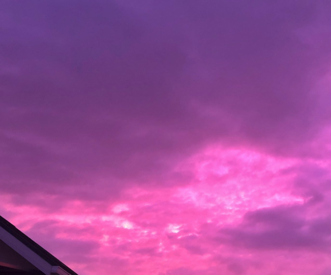 【夕焼け】日本各地で紫色の「空」が確認される。台風の影響でしょうか?怖いな・・・