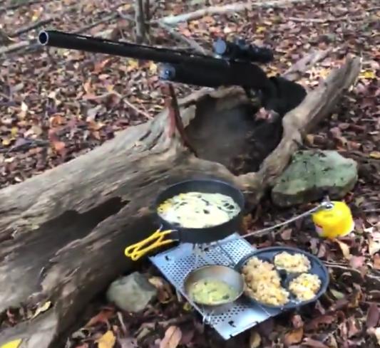 【アウトドア】野外で「ラーメン半チャーセット」を作って食べるだけの動画が素晴らしい!