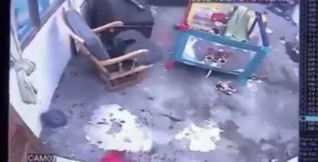 """【天才】階段から落ちる直前の """"赤ちゃん"""" を猫が救う映像が凄すぎる!"""