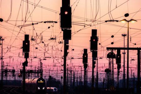 ドイツ「フランクフルト中央駅」の夕暮れの電線がストライクすぎると話題に!