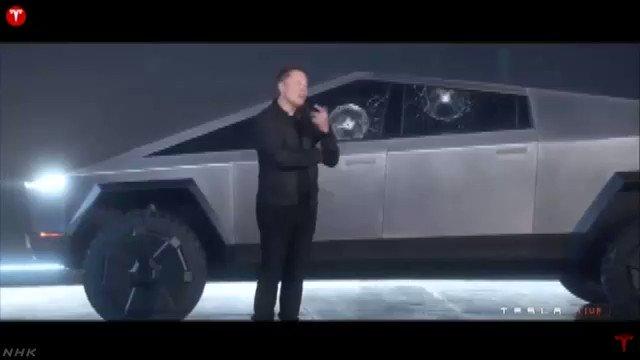 【衝撃映像】テスラ、防弾仕様の車の窓ガラスに鉄球投げたら…