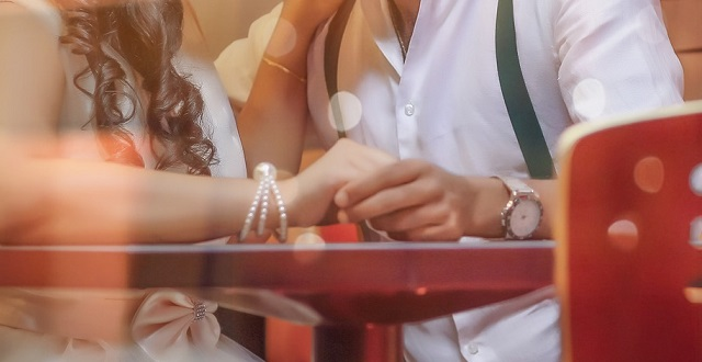"""【ネイル】ジルスチュアートの限定品「ロイヤル & アーバン プリンセス」がため息でるほど可愛いと話題。コンセプトは""""プレゼントを受け取る瞬間も美しいプリンセスの手"""""""
