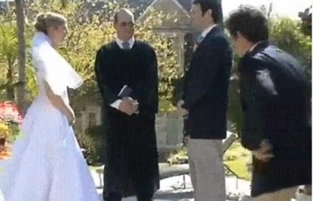 【ハプニング大賞】結婚式:カメラマン、転ぶとき新婦の足を掴み→新婦、落ちる瞬間 神父を巻き込み→大惨事に!!