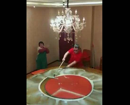 """【職人】中華料理屋の「回るテーブル」の掃除方法が """"天才的"""" すぎる!"""