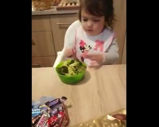 【1万人に1人】お菓子には興味を示さない子供。ブロッコリーが来た瞬間テンションぶち上げ!