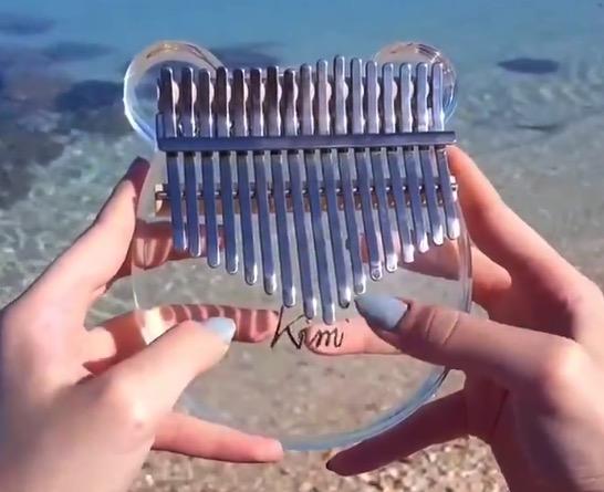 【癒やし】綺麗な海のそばで演奏する「カリンバ」が最高すぎる!