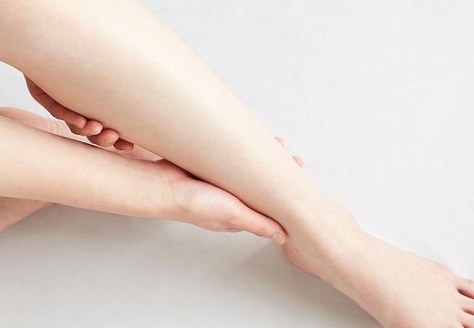 【足の浮腫み】足のむくみが辛い人に朗報!「お風呂の中で正座するだけ」水圧でもみほぐしと同じ効果が