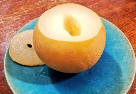 【冷えに】梨をくりぬいて水とはちみつ垂らして蒸すだけ「喉の痛みが和らいで体がすっごく温まった」