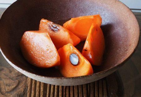 【魔法?!】切った柿にレモンを絞ると・・劇的にフレッシュ・ジューシー「何この柿??」ってなる