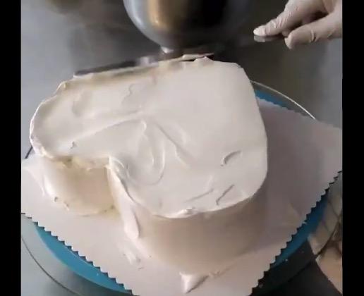 【神業】ケーキ職人の本気。ハート型の「小物入れ」を作ってしまう!