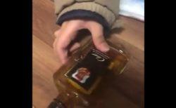 【衝撃】少し飲んだ「ウイスキー」の瓶を倒すと、可愛い音が鳴るらしい!