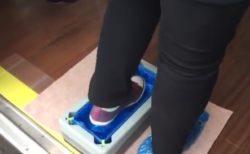 【便利】凄い未来感。「靴カバー自動装着マシーン」が凄い!