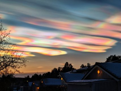 【スウェーデンの空】見たこともない輝く雲が現る【彩雲】