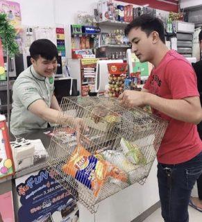 """【微笑みの国】タイでビニール袋が禁止された結果→とんでもない""""マイバッグ""""を持参する人々現る笑"""