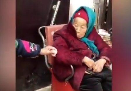 【動画】84才の娘に飴をあげる107才のお母さん‥娘さんの嬉しそうな顔がすごく素敵