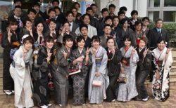 【最高に素敵】高級伝統工芸品 大島紬で成人式を迎える奄美大島の新成人。おばあちゃんが織ってくれたりするらしい