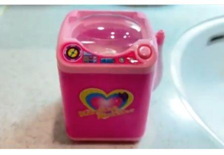 【メイク道具】すごい発見「ダイソーで300円で売ってる洗濯機がパフ洗浄に最適」なんと排水ホースまで使用可能!