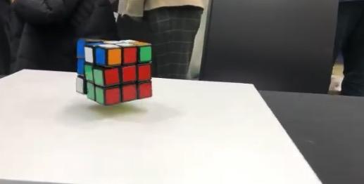 【不思議】宙に浮く「ルービックキューブ」の色が自動的に揃っていく光景が凄すぎる!