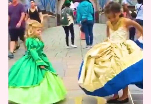 【素敵】プリンセスがくるくるっと回ってドレス姿に変身!魔法みたいなディズニーコスチュームが話題