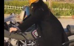 【バイク】カッコカワイイ「ヘルメット」が話題に。自動で動くのか!