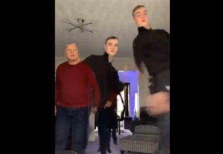 【笑】独りで動画撮影中、怪訝そうに入ってきたパパ。すぐ理解しノリノリに