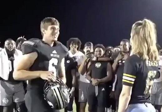 【動画】アメフト選手がプロポーズ。周りの反応も素敵すぎる