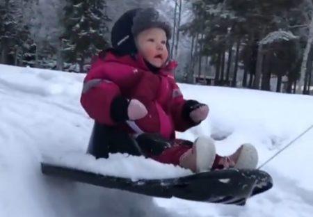 【動画】そりの楽しさを知ってしまった女児、無邪気な笑顔が最高すぎる